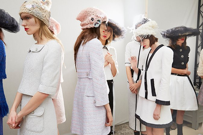 chanel-spring-summer-2015-haute-couture-fittings-backstage-07