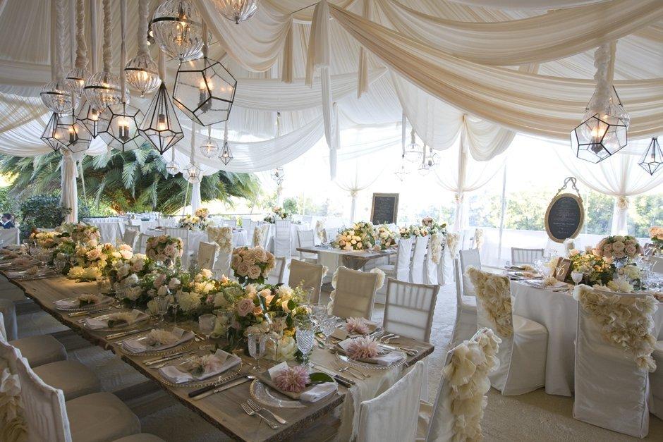 Telas colgantes como elementos decorativos para una boda de lujo