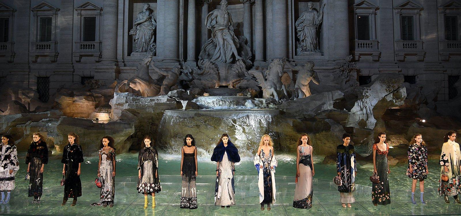 Extraordinario desfile de Fendi sobre el agua de la Fontana di Trevi
