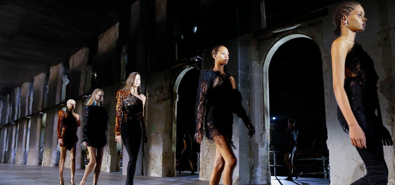 Anthony Vaccarello debuta en Saint Laurent con una colección muy sensual