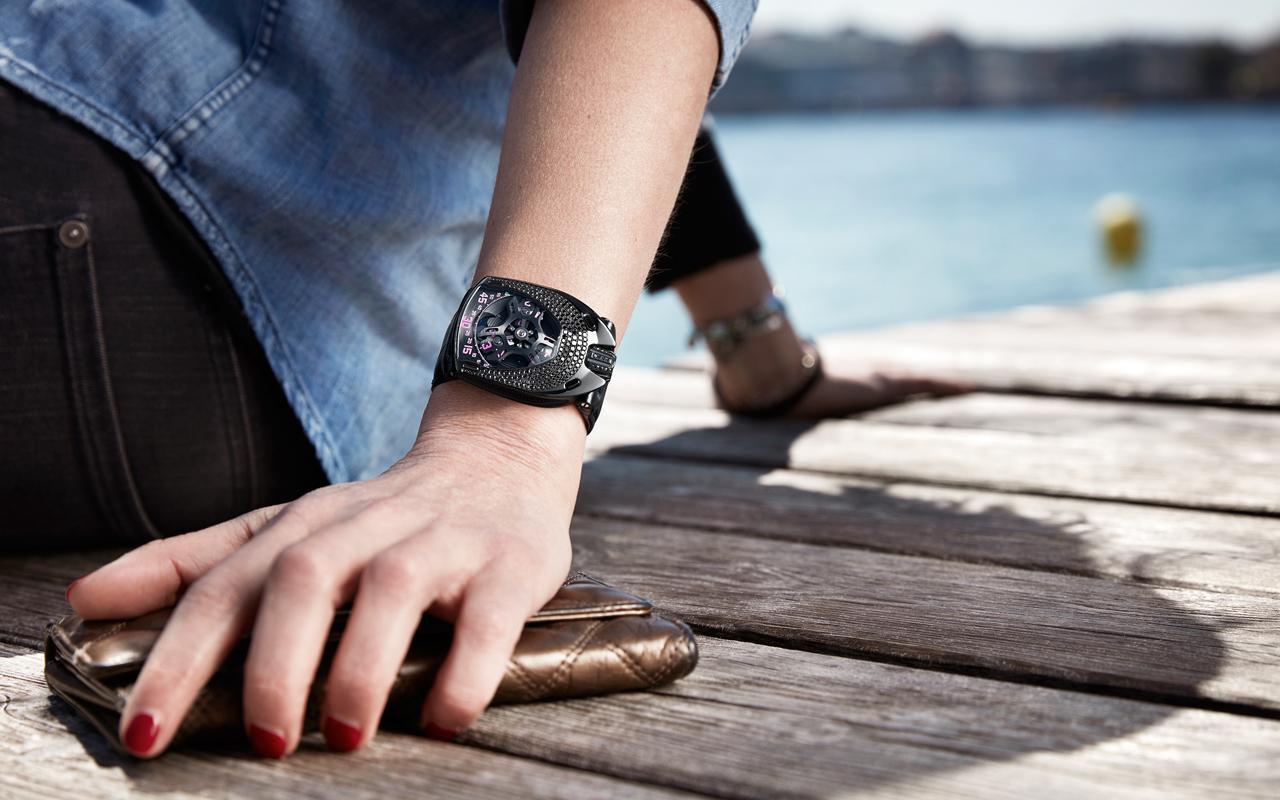 Feminidad y carácter en el reloj UR-106 Black Pink de Urwerk