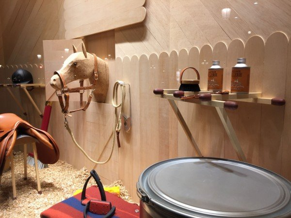 Hermès-escaparate-hípica-TheLuxuryTrends