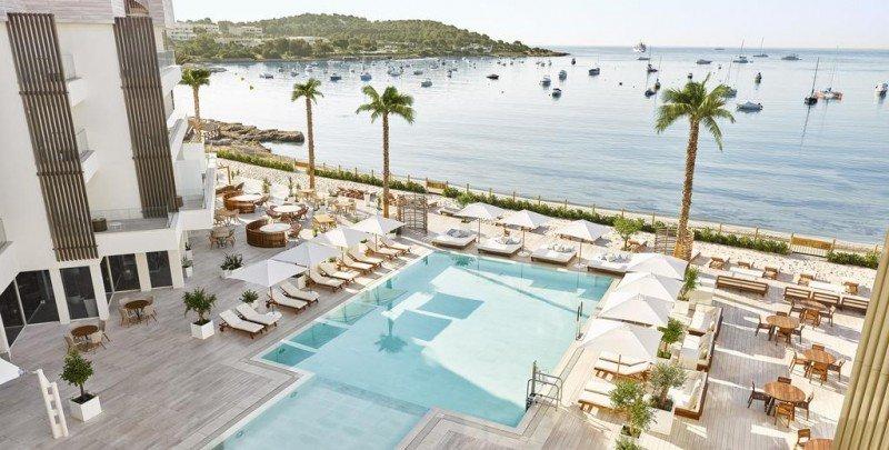 Nobu-Ibiza-bay-piscina-TheLuxuryTrends