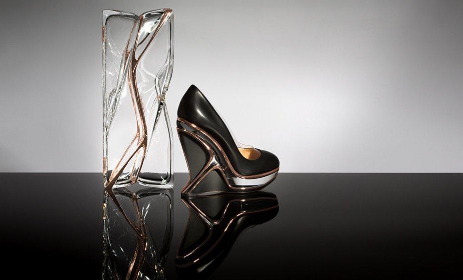 La imborrable huella de Zaha Hadid en un par de complementos de Charlotte Olympia