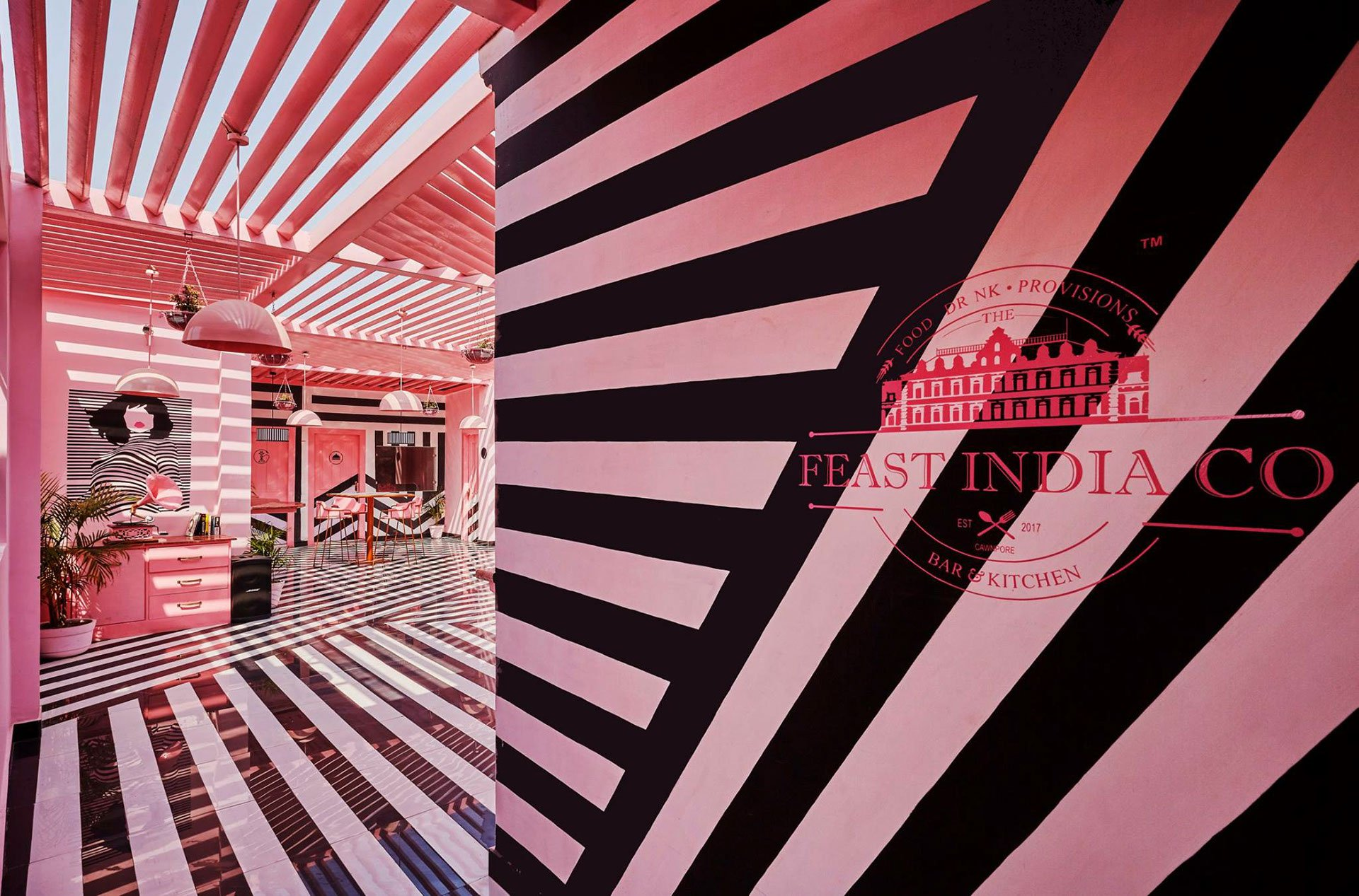 The-Pink-Zebra-simetria-Wes-Anderson-TheLuxuryTrends