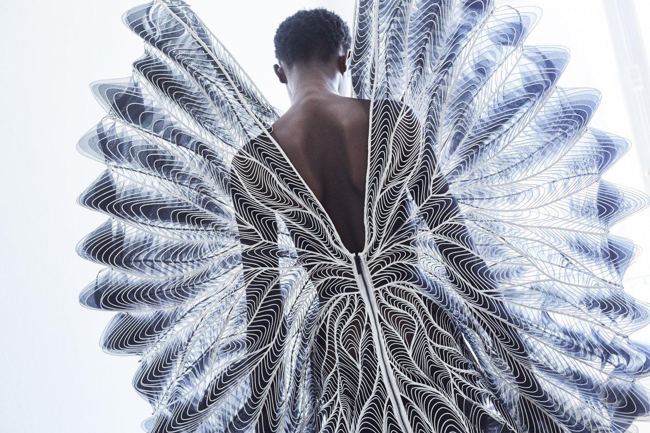 La artesanía vanguardista de Iris van Herpen