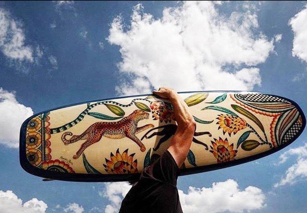 Hermés surfea las olas con una tabla de inspiración africana
