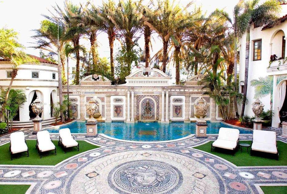 The-Villa-Casa-Casuarina-piscina-Versace-TheLuxuryTrends