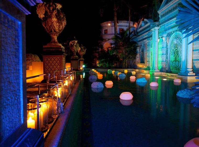 The-Villa-Casa-Casuarina-piscina-noche-TheLuxuryTrends